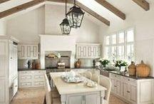 Landhaus / Möbel im Landhausstil bringen mit natürlichen Materialien und warmen Farben Erholung in eure Wohnung. Florale Dekorationen runden eure Einrichtung perfekt ab. Holt euch eine Prise Landluft in euer Zuhause!