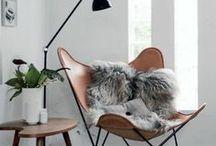 Die gemütliche Ecke / ...ist zum Lesen und Entspannen da. Ein gemütlicher Sessel, harmonische Beleuchtung und dekorative Accessoires machen eure gemütliche Ecke perfekt!