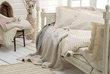 Retro Romantik / Weiß oder Cremefarben lackierte Möbel, Blumenmuster und glitzernde Spiegel - Shabby Chic Möbel sind zu echten Klassikern geworden!  Wir zeigen euch wie ihr eurem Zuhause mit ein paar Dekoobjekten den Vintage-Stil verleiht!