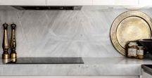 Marmor / Carrara-Marmor ist ein absoluter Klassiker - wir zeigen euch dass der Stein in Bad, Wohnzimmer, Schlafzimmer und Küche super funktioniert.