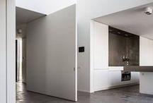 FritsJurgens Taatsdeuren / FritsJurgens Taatsdeuren: Elegante deuren met ingebouwde scharnieren. Een taatsdeur is een deur die om haar verticale as draait en zowel naar links als naar rechts geopend kan worden. Functioneel, maar ook een zeer fraaie oplossing zonder kozijnen en aftimmerlatten.