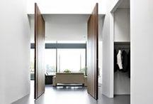 PortesPivotantes FritsJurgens / Une porte pivotante est une porte qui tourne autour de son axe vertical et s'ouvre à gauche comme à droite. Une solution fonctionnelle et très épurée, sans bâti ni lattes de finition.