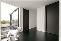PuertasPivotantes de FritsJurgens / Una puerta pivotante es una puerta que gira alrededor de su eje vertical, y que puede abrirse tanto a la izquierda como a la derecha. Una solución funcional y también muy decorativa, sin marcos ni molduras.