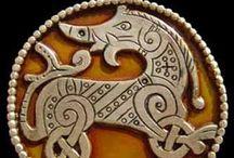 022.   V24.   Vikingsierraden / In de loop der jaren hebben we veel door Scandinavië gereisd.in die tijd kwamen we veel te weten over de Vikingen.