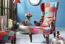 KARE - kolekcja TABERNA / Kolekcja Taberna to folkowa nastrojowość i baśniowe wzornictwo, z wyczuwalnym wpływem południowoeuropejskich klimatów. Prostota kształtów zbalansowana z misterną ornamentyką, pozorny chłód bieli kontrastujący z żywiołowymi, pełnymi słońca barwami - to atrybuty przesądzające o wyjątkowości tej serii. Rustykalne komody, stoły w stylu boho, białe regały, szafy w stylu vintage – to właśnie skrywające się za kolekcją Taberna bogactwo wnętrzarskich estetyk.