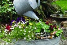 PUUTARHA / puutarhakoristeet rakennuksia istutuksia patioita vesiaiheita majoja penkkejä kukkia vihanneksia aitoja portteja,lintujen koteja ym