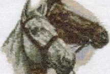 HEVOSET/AASIT/JA TARVIKKEET /  ristipistoin tehtyjä hevosia aaseja ja tarvikkeitaRatsastukseen