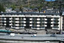 Hotel Màgic Andorra 4* /   El Hotel Màgic Andorra está situado en pleno centro de Andorra la Vella, a menos de 100 m de la calle comercial y muy cerca de Caldea, así como a unos 6km de los accesos a las estaciones de esquí, tanto de GrandValira como de Vallnord. Dispone de habitaciones dobles, triples y cuádruples que resultan idóneas para familias con niños, así como habitaciones de tipo superior y suite. Ofrece a sus huéspedes restaurante, cafetería, SPA, gimnasio, zona de juegos infantil y conexión Wifi gratuita.