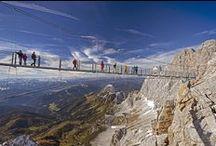"""Dachsteinrunde & Region Ramsau am Dachstein / Mit 2.996 m über dem Meer ist der Dachstein der zweithöchste Gipfel der Nördlichen Kalkalpen und die Gletscher sind die östlichsten in den Alpen. Obwohl der Dachstein kein """"echter Dreitausender"""" ist, ist er längst durch die markanten Südwände zu einem der bekanntesten Berge der Alpen geworden. Bei der 3-tägigen Dachsteinrunde kann dieser beeindruckende Berg von allen Seiten bewundert werden. Wandern & Weitwandern in Österreich - Steiermark."""