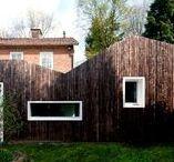 SHOU SUGI BAN / De sculpturale vorm van de uitbouw staat in fraai contrast met de sobere uitstraling van de jaren '50 woning. Het dakraam in het hoogste punt van de uitbouw zorgt voor extra licht op het keukenblad. De uitbouw is gebouwd met duurzame materialen en technieken. De buitenmuren zijn van houtskeletbouw (HSB) deze wanden zijn geïsoleerd met gerecyclde papiersnippers. De isloatiewaarde van de gevel is twee maal hoger dan wordt voorgeschreven in de regelgeving.