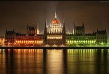 Hungary / A nagy földgolyón csak egy kis darab, De ez az otthonom és mindig az is marad. Ha mégis hív a nagyvilág, Mondd csak igazán szívből: Úgy szeretlek Magyarország!   Ne hidd azt, hogy máshol könnyebb: A szomszéd fűje úgyis mindig zöldebb. Kire lenne túl veszélyes, Ha ez a kis dal szól...   A nagy földgolyón csak egy kis darab, De ez az otthonom és mindig az is marad. Ha mégis hív a nagyvilág, Mondd csak igazán szívből úgy: Szeretlek Magyarország!