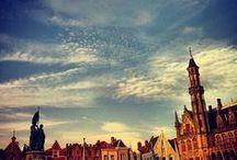 Bruegels Brugge / Een prachtige oude stad is Brugge. Een ritje met de koets is een prachtige belevenis. Brugge is een stokoude havenstad die in verval raakte toen de vaarweg langzaam dicht slibde.