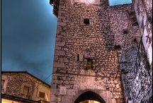 Fontecchio (AQ) / piccolo borgo di origine medievale che conserva una ricchezza di storia e arte in un territorio di grande interesse paesaggistico e naturalistico. Medieval little village that preserves a wealth of history and art in an area of great natural beauty.
