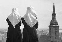 Les religieuses [Personnage] / Des photographies mettant en scène des religieuses : portraits, prières, travail, vêtements, sourires...