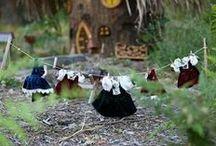 Les forêts sont habitées / Avez-vous bien regardé ? Et si une petite porte, sous les racines, abritait quelques fées ? Faites attention, la prochaine fois que vous mettez les pieds dans une forêt, vous pourriez bien être surpris !
