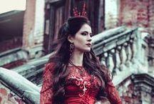 La Reine Rouge [Personnage] / Toujours élégante, la Reine Rouge est à la limite de l'exubérance. Belle et envoutante, elle a toujours ce qu'elle veut.