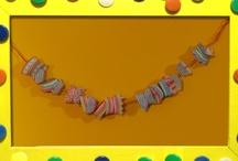 Slingers maken - aflevering 4. KnutselTV / Mascha en Anouk maken slingers, maar dan net even anders! Anouk gaat aan de slag met cupcake vormpjes en Mascha heeft wat oude stof gevonden om een slinger van te maken.