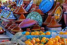 Tajines / Een tajine is een Marokkaans aardewerken stoofpot. De gerechten die ermee gemaakt worden ontlenen er tevens hun naam aan. Vooral in Marokko is de tajine populair.