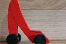 Arte-objeto de Jaime Goded. / Se trata de presentar los más distintos objetos únicos y originales diseñados por Jaime Goded: corazones, tijeras, tenedores, aretes, collares,peinetas,guitarras, etcétera.