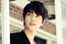 Song Joong Ki / 송중기 / Nombre: 송중기 / Song Joong Ki Profesión: Actor y modelo. Fecha de nacimiento: 19-Septiembre-1985 (30 Años) Lugar de nacimiento:  Daejeon,Corea del Sur Estatura: 178 cm Peso: 65 kg Tipo de sangre: A Signo zodiacal: Virgo Agencia: Blossom Entertaiment   Dramas Descendants of the Sun (KBS2, 2016) Innocent Man (KBS2, 2012) Tree with Deep Roots (SBS)