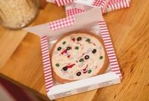 kinderfeestje kookfeest,  pizzaparty / Zelf eten koken, een leuke speurtocht lopen of koksmutsen versieren op je kinderfeestje. Op het bord kinderfeestje kookfeest pizzaparty vind je leuke ideeën voor een kookfeestje thuis.Of wat dacht je van een pizzaparty? Met een leuke speurtocht, pizza's bakken en een kookschort versieren?