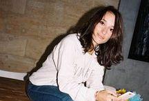 ▲ LAETITIA / Portrait de Laetitia pour BOCAGE #SHOESINMYLIFE   On peut dire que cette dynamique juriste de 27 ans porte bien son pseudo instagram : Sunshineforlaeti. Réunissant plus de 10 000 fans sur sa page, la jolie brune distille, chaque jour, les clichés de ses tenues les plus réussies. Avec goût, fraîcheur et enthousiasme, elle transmet son sens aigu de la mode et sa passion (entre autres!) pour les sacs et les chaussures.