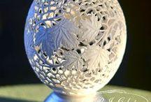 strusie jajo - ostrich egg / rzeźbione jajo strusia, pisanka ażurowa, wydmuszka Richelieu, wielkanocne jajko