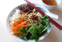 Vietnamese beef noodle salad/Bún bò Nam bộ / Vecmicelli noodle dish served with grilled marinated beef, fresh vegetables, pickled carrots and vietnamese ' nuoc cham'   Salát připravovaný z tenkých rýžových nudlí, salátu, smaženého hovězího masa, cibule a posypané drcenými arašídy.