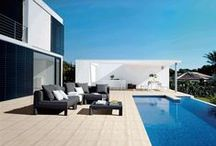 Áreas externas de verão / A estação do sol e das férias leva todos a desfrutar o melhor das áreas externas e das casas de praia.