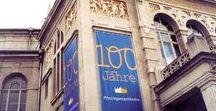 """Prinzregententheater / Schriftentwicklung, Corporate Design / Kaum ein anderes Basiselement eines Corporate Designs trägt so viel zur Einzigartigkeit, zur eigenen """"Handschrift"""" eines Unternehmens bei wie eine eigens entwickelte Hausschrift. Dieses prägnante Element, zusammen mit einem außergewöhnlichen Farbsystem, war die Basis für das neue Erscheinungsbild des Münchner Prinzregententheaters zum 100jährigen Jubiläum."""
