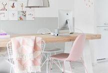 Arbeitszimmer / Workspace / Hier findest du alle Arbeitszimmer, die eine Inspiration für mich sind. An meinem Arbeitsplatz liebe ich es minimalistisch, skandinavisch mit farblichen Akzenten in den Farben grau, mint, blush, rosa und ein wenig pink. Metallische Effekte in gold, rosegold, kupfer und silber in Kombination mit Naturmaterialien wie unbehandeltes Holz oder Vintagemöbel verleihen dem Raum, die persönliche Note und versprühen Kreativität. Pflanzen in geflochtenen Körben geben dir zusätzlich Luft für einen freien Geist und dem Raum einen charmanten Charakter.