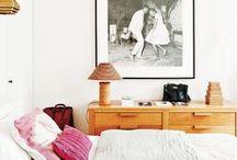 Schlafzimmer / Bedroom / Hier findest du Inspiration und Wohnideen zum Thema Schlafzimmer. Wir lieben minimalistisch eingerichtete Räume mit Naturmaterialien wie Holz, Rattan, Bambus und grünen Pflanzen wie Kakteen, Monstera und Pfingstrosen. Ein kleiner Farbklecks sollte nie fehlen! Momentan lieben wir blush, rosa, nude und mint mit metallischen Beistellmöbel oder Lampen.