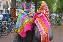 W I L D B R E I E N / Wildbreienwordt ook wel Urban Knitting of Guerilla Knitting genoemd. Ook de naam Yarn Bombing hoor je soms. Wildbreien is het versieren van buitenmeubilair en