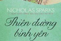 Tác giả Nicholas Sparks / Nicholas Sparks (sinh ngày 31/12/1965 tại Omaha, Nebraska, Mỹ) là nhà văn, nhà viết kịch bản và nhà sản xuất phim người Mỹ. Ông đã phát hành 17 tiểu thuyết  và 1 sách khác. Ông đã có 8 tiểu thuyết lãng mạn được dựng thành phim. Có người từng ví vị trí của Nicholas Sparks tại Mỹ cũng giống như vị trí của Marc Levy tại Pháp, con gà đẻ trứng vàng của giới xuất bản.