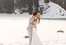 Hochzeit im Winter / Im Sommer wollen alle heiraten. Die Kirchen, Standesämter und Locations, die es euch angetan haben, sind schon lange im Voraus ausgebucht. Warum also nicht einfach mal gegen den Strom schwimmen und den Winter zu eurer Hochzeitsjahreszeit ernennen? Wir zeigen euch hier wie romantisch eine Hochzeit im Schnee sein kann…