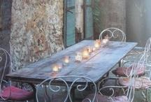 A mesa puesta / Aquí se cierra el círculo: la terraza, la vajilla, las flores, el té o café. Si puede ser con agradable compañía, ya está ¡el mundo está en orden!.