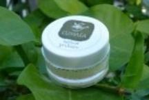 Lip Balms / Κρέμα χειλιών με βούτυρο κακάο, λάδι αλόης, λάδι καλέντουλας, κερί μέλισσας, αμυγδαλέλαιο και βιταμίνη Α και Ε. Άριστο μαλακτικό και ενυδατικό για σκασμένα και ευαίσθητα χείλη, ιδανικό αντιρρυτιδικό για την περιοχή γύρω από τα χείλη.