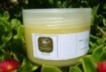 Body Butters / Βούτυρα σώματος με κερί μέλισσας, βούτυρο κακάο, βούτυρο καριτέ, αμυγδαλέλαιο, λάδι καρύδας, jojoba oil, εκχυλίσματα βοτάνων, βιταμίνη Ε και αιθέρια έλαια.