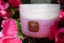 Body Creams / Κρέμες σώματος με βάση extra παρθένο ελαιόλαδο εξαιρετικής ποιότητας, εκχυλίσματα βοτάνων παραγωγής μας, βάμματα βοτάνων, θεραπευτικά έλαια, κερί μέλισσας & γλυκερίνη που έχουν απαλυντική δράση & είναι εξαιρετικά θρεπτικά & μαλακτικά για το δέρμα. Είναι ενισχυμένες με βιταμίνες Α και Ε που είναι επανορθωτικές & θρεπτικές για το δέρμα. Επίσης είναι εμπλουτισμένες με αιθέρια έλαια που ενισχύουν την θεραπευτική δράση τους αλλά και τις αρωματίζουν φυσικά & διακριτικά