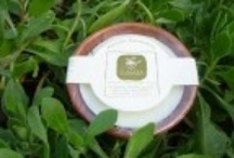 Shaving Soaps / Σαπούνι με υπερλίπανση, χειροποίητο, 100% φυτικό, με φυσικά αιθέρια έλαια (από βότανα). Το χρώμα προέρχεται από φυσικά μεταλλικά στοιχεία και ίχνη βοτάνων.  Περιέχουν extra παρθένο και παρθένο ελαιόλαδο, λάδι καρύδας για πλούσιο αφρό, εκχυλίσματα βοτάνων, βιταμίνες Α+Ε, γλυκερίνη, σταχτόνερο, ΝαΟΗ και αιθέρια έλαια.