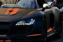 Audi / Audi, dentro del mundo del motor, es pionera, puntera, innovadora, clásica y al tiempo moderna, con una elegancia y tecnología extraordinarias. Siempre a la par con las marcas Premiun: Mercedes, BMW, Lexus, Porche... Y mejorando a sus hermanos menores Wolsbagen, Seat, Skoda. Y por supuesto a las marcas generalista: Ford, Renault, Opel, etcétera