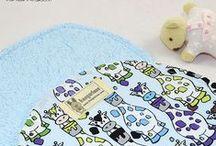 KANGURINES - Toallas de lactancia / Protege tu hombro y evita que tu bebé te manche la ropa ante posibles accidentes (babas y regurgitaciones), ya sea al darle el pecho o biberón, al ayudarle a sacar el aire, o simplemente cuando le tengas en brazos. También podrás utilizarlo para limpiar su boquita después de comer o como práctica toalla para cara y manos. ¡Descubre todos nuestros diseños y si quieres, personalízalas también con el nombre de tu bebé!