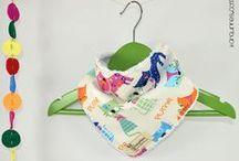 KANGURINES - Baberos quita-babas / ¡¡No permitas que tu bebé pierda el estilo!! Con nuestros baberos quita-babas o bandanas tu peque mantendrá el cuello y el pecho completamente limpios y secos durante todo el día. Además lucirá un complemento original y a la moda. ¡¡No te pierdas ninguno de nuestros diseños!! Y recuerda que si quieres, podrás personalizarlos con el nombre de tu bebé y el color que más te guste. #baberoquitababas #quitababas #bandana #bibs
