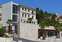 Musée Bonnard / Inauguré en 2011, au Cannet (06110), sous le soleil de la Côte d'Azur, le musée Bonnard a pris ses quartiers à la Villa Saint-Vianney (architecture Belle Époque). Lors de la réhabilitation, le parti-pris a été de préserver l'esprit du bâtiment d'origine pour accueillir les espaces d'exposition, tout en lui conférant un caractère contemporain avec la création d'une extension plus moderne. Une colonne vitrée complète l'ensemble et offre une vue imprenable sur une grande terrasse et l'horizon.