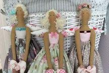 TILDA / Finnanger Tone é a criadora dessas maravilhosas bonecas.  Toda Tilda conta uma historia através de suas roupas e objetos que determinam sua aparência. Uma palavra a define: encantamento.