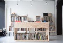 VINYL MANIA - ED BANGER / Comment ranger la collection de vinyls et transformer le bureau    très bordélique (!) du label de musique ED BANGER,  en un lieu de travail-galerie organisé et rationalisé ? Notre réponse avec des modules dessinés aux dimensions d'un 33 tours, 2 matériaux (le batipin naturel et tubes métal noir)  et 2 couleurs (le noir et le blanc)
