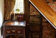 English country style / angol vidéki stílus / Characteristics: wallpaper, rose patterns, browns, greens, reds, pinks and blues, fine carved wood furniture, overstuffed sofas, antiques, patterned drapes and pillows, lots of books, elegant window treatments, chintz curtains