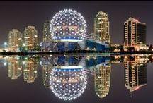 Kanada: Vancouver / Willkommen in Vancouver! Die größte Metropole Westkanadas lässt keine Wünsche offen: In der von hoch aufragenden Bergen geprägten Stadt kommen Skifahrer genauso auf ihre Kosten wie Windsurfer. Freunde von Kunst und Kulinarik genießen das typische Großstadtflair und die hohe Promi-Dichte am drittwichtigsten Standort der nordamerikanischen Filmindustrie.