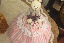 Artesanatos e Bordados Elegantes / @bordadoselegantes Cobre bolo variados, inclusive para presentear na Páscoa. É possível criar de todos os temas: baby, natal, Páscoas, Dia das Mães ou até mesmo aniversário. Criativo e muito útil!