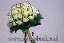 Bruidsboeketten budget / Mooie bruidsboeketten in diverse stijlen voor zeer betaalbare prijzen. Diverse kleuren, wit, paars, roze, rood en dergelijke